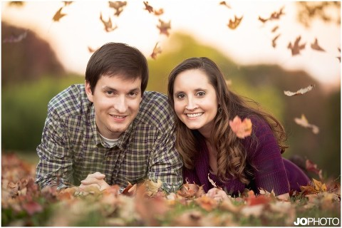 fall-engagement-pics-with-leaves